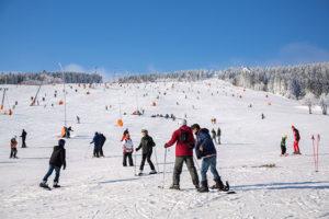 150124 Winter Ein wahres Wintermärchen fand man heute im Erzgebirge wieder. Nachdem sich die letzten Nebelschwaden in den Tälern verzogen, schien kaiserlich die Sonne. Einiges an Schnee und Raureif fand man auf dem Fichtelberg. Bei -3°C und einer kräftigen Januarsonne ließ es sich gut aushalten. Die Wintersportler fanden perfekte Pistenbedingungen wieder und nutzen die Zeit um ausgiebig die Skier zu testen. Das schöne Wetter ist aber schon wieder vorbei. Schon ab den Abendstunden nähert sich eine Schneefront und auch in der nächsten Woche wird es anhaltende Schneefälle geben, sodass in den Bergen viel Neuschnee zusammen kommen kann. Fichtelberg und Oberwiesenthaal